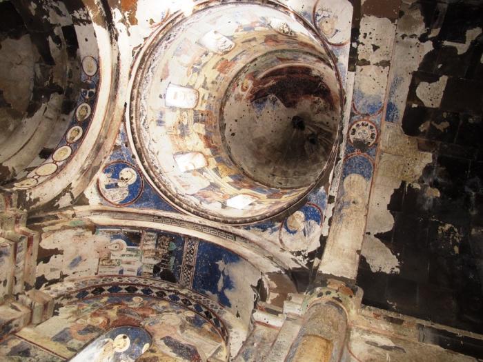 Ebul Manucehr Camii; Boyal Kilisede tavanlar soyut bi ...